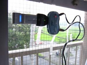 WiMAXアンテナを窓に貼り付け
